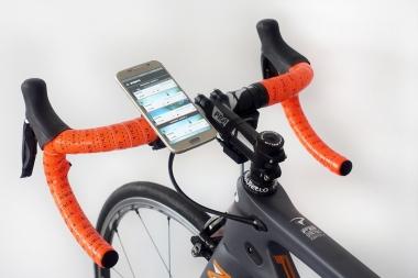 アプリをインストールしたiPhoneを取り付けるとライド中の操作が容易となる